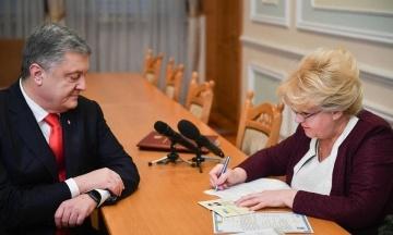 Порошенко c женой Мариной принесли документы в Центризбирком. Их встретили активисты с вопросом «Кто заказал Гандзюк?»