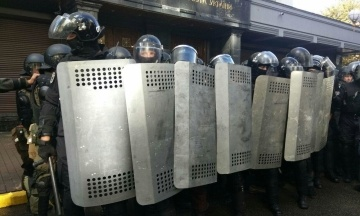 У Києві жінка вдарила в обличчя журналістку NewsOne. Нападницю затримали