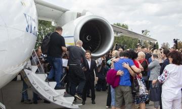 Как освобожденных украинцев встречали на родной земле. Самые эмоциональные моменты встречи бывших пленников Кремля в Киеве