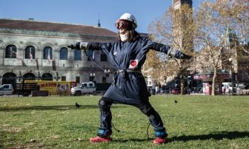 В Кембридже разработали костюм, который делает человека старым. Ученые считают, что это поможет решить проблему возраста — пересказываем материал The New Yorker