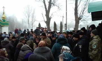 Біля храму в Тернопільській області сталася бійка між вірянами різних церков. Постраждав священик