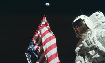 50 лет первой высадке на Луну. Автографы вместо страховки, спасительная ручка и угроза космических вирусов — вспоминаем интересные факты о миссии «Аполлон-11»