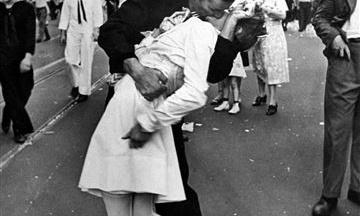 Помер моряк, зображений на одному з культових фото ХХ століття «Поцілунок на Таймс-сквер»