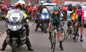 На велогонці в Бельгії жінка випадково наздогнала чоловіків. Змагання довелося призупинити