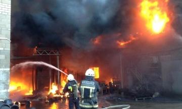У Дніпропетровській області горить завод пластмас. Пожежу гасять майже п'ять годин