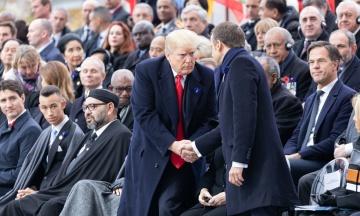 Рукопожатия в Париже: Трамп коротко пожал руку Путину, а Макрон сжал руку президента США до морщин