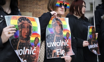 У Польщі жінка розклеювала зображення Діви Марії у кольорах ЛГБТ-прапора. Її затримали за образу почуттів вірян