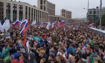У Москві на мітинг за чесні вибори вийшли майже 50 тисяч людей. Підтримати учасників прийшли репери і журналісти