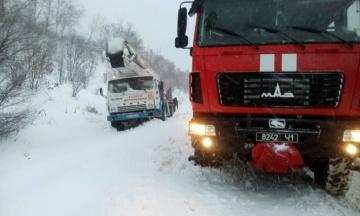 Снегопады парализовали движение в Украине. В шести областях и Киеве запретили въезд грузовиков (карта)
