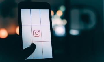 Instagram стал доступнее для слабовидящих людей. Приложение сможет добавлять описания для чтения вслух