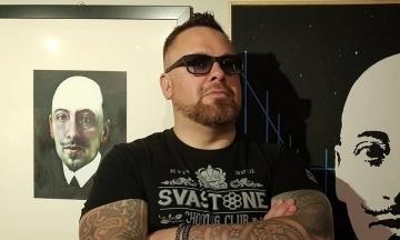 За списком «Свободи» на вибори в Раду йде вокаліст рок-гурту «Сокира Перуна» Арсеній Білодуб. Правозахисники звинувачують його у нацизмі