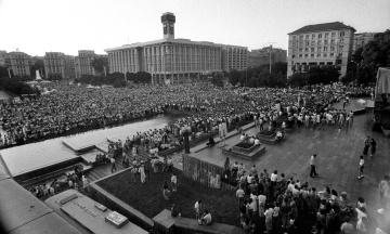 28 лет назад Украина отмечала первый День Независимости. Мы публикуем уникальные фото празднований в Киеве и вспоминаем, почему эту дату перенесли