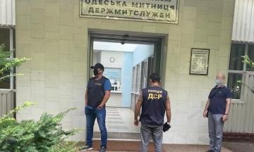 В Одесі за «системні хабарі» затримано трьох начальників митниці