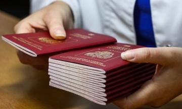 Видача російських паспортів жителям Донбасу завдасть Росії мільярдних витрат. У Мінпраці РФ говорять про «невелике навантаження»