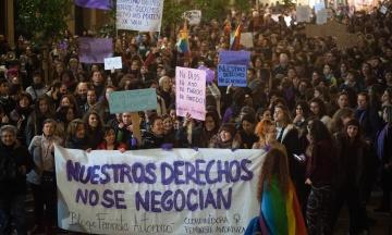 «Ні кроку назад у рівності». В Іспанії феміністки вийшли на акції проти ультраправої партії