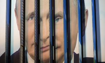 YouTube обозначил пропагандистский российский фильм о Крыме как потенциально неприемлемый. Большая его часть — интервью Путина