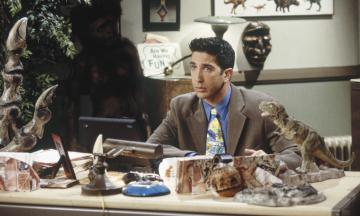 Двадцать пять лет назад вышел первый эпизод «Друзей». Фаны во всем мире отмечают юбилей, а мы вспоминаем самые смешные моменты из жизни Росса Геллера