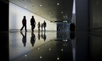 Майже дві сотні українських туристів застрягли в аеропорту Барселони. Туроператор пояснив «Бабелю» причину проблеми