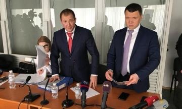 Адвокати Януковича влаштували штовханину з поліцією перед засіданням суду. Дебати почалися з запізненням
