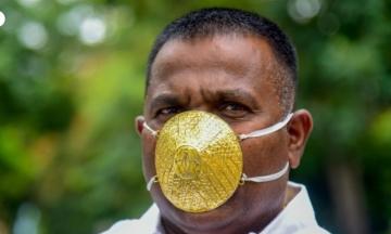 Индийский бизнесмен приобрел защитную маску из золота. Но в ее эффективности он не уверен