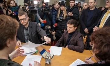Зеленский подал документы для регистрации кандидатом в президенты в свой день рождения