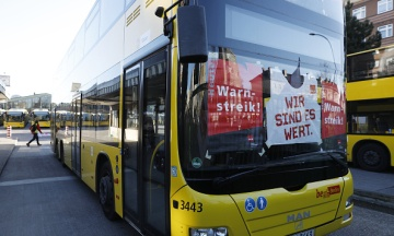 У Берліні зупинився громадський транспорт. Люди пересідають на велосипеди або йдуть на роботу пішки