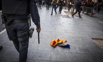 Протесты в испанской Каталонии: трассы в регионе перекрыли горящими шинами, митингующие дерутся с полицией