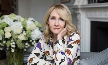 Писательница Джоан Роулинг внезапно перешла на русский язык в споре с миллиардером Аароном Бэнксом в Twitter. В соцсети ее затролили