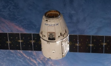 Роботизированная рука МКС захватила американский грузовой корабль Dragon Cargo