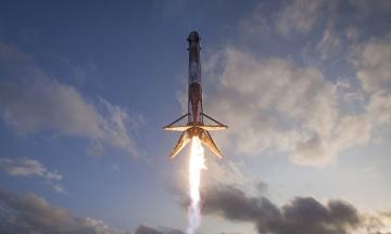 SpaceX запускає ракету Falcon 9 із супутником для військових США. Місію тричі переносили