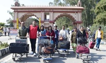 Тысячи туристов застряли в аэропортах Азии из-за решения Пакистана закрыть свое воздушное пространство