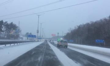 Украину засыпает снегом. Из-за непогоды ограничено движение на трассах международного значения