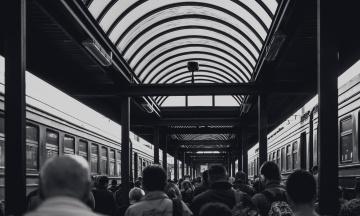 В Харькове полицейские жестоко избивали пассажиров на вокзале и в метро. Их задержали на взятке