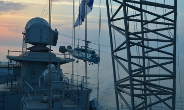 СБУ: Россия обстреляла украинские корабли ракетами из вертолета и истребителя