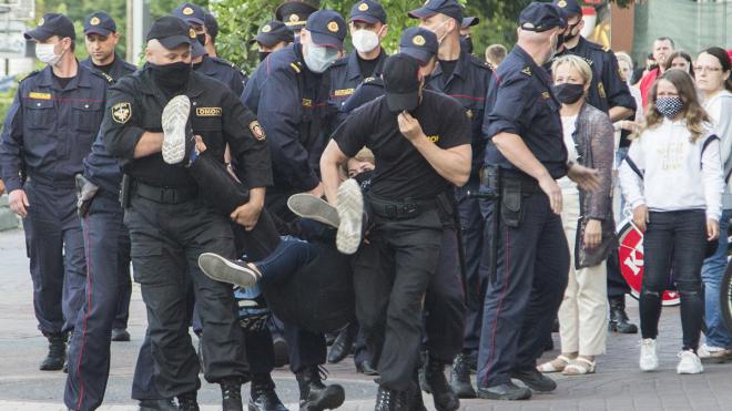«Законних способів змінити владу не залишилося». У Білорусі вперше за 10 років проти Лукашенка протестує вся країна.  Людей б'є і арештовує ОМОН. Ми поговорили з учасницею акції