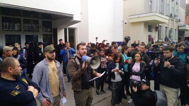В Киеве «Нацкорпус» и «Нацдружины» пикетируют МВД и Администрацию президента. Требуют арестовать Гладковского