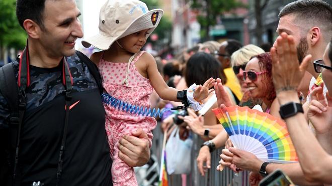 В Угорщині одностатевим парам заборонили усиновлювати дітей