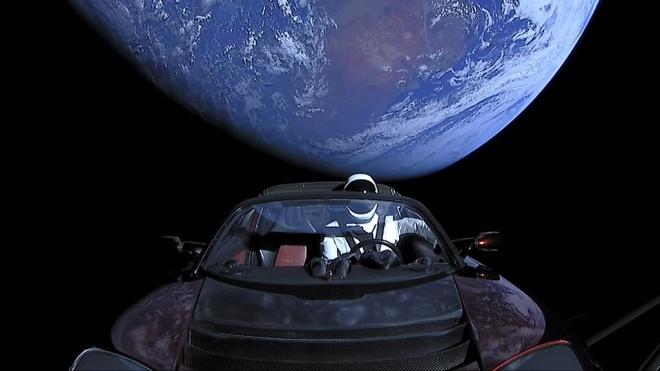 Спорткар Tesla совершил виток вокруг Солнца. За это время манекен Стармен на борту 200 тысяч раз прослушал песню Дэвида Боуи
