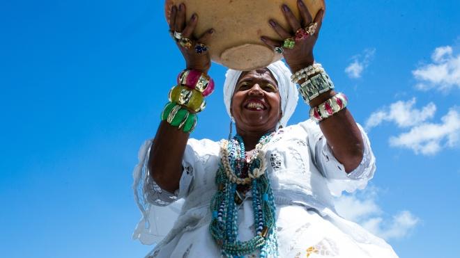 Редактора бразильского Vogue сравнили с рабовладелицей из-за фото с гостями в «костюмах рабов». А это традиционная одежда, и вот как она выглядит (красиво)