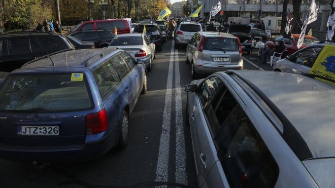 У Кабміні затвердили тимчасовий порядок розмитнення авто з «єврономерами»