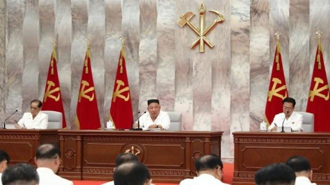 Кім Чен Ин закликав свою партію не послабляти боротьбу з коронавірусом на з'їзді, переповненому людьми без масок