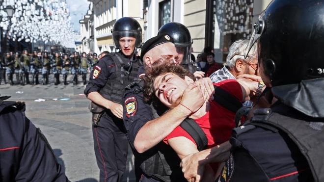 Вночі: у Москві затримали 1074 активісти, ЦВК прийняла протоколи з мокрими печатками, а Трамп хоче прирівняти антифашистів до терористів