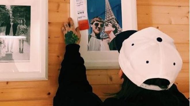 «П'яні» селфі та світлини з відпустки. У Вільнюсі пара замінила кожне зображення в IKEA на свої фотографії