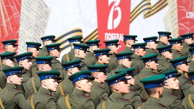 Перед початком параду в Москві солдат напав на машину спецслужб. У нього стався нервовий зрив через відсторонення від участі