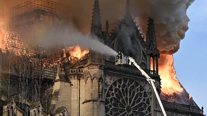 Дах собору Паризької Богоматері обвалився