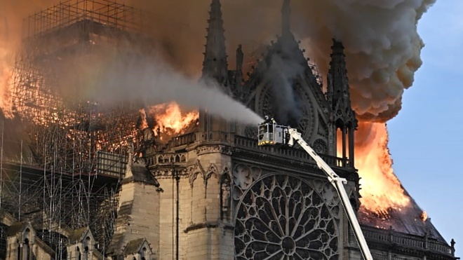 Крыша собора Парижской Богоматери обрушилась