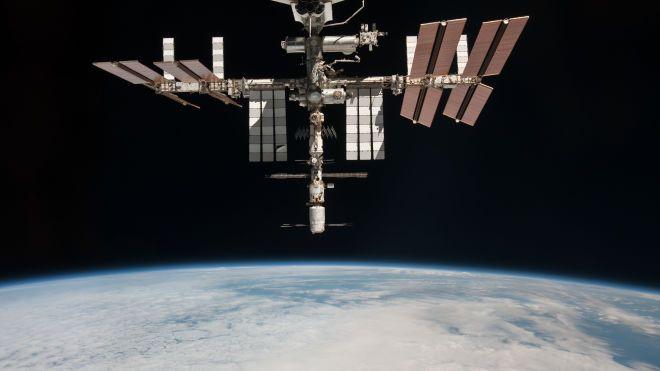 В российском модуле МКС быстро снижается давление из-за утечки воздуха. Космонавты пытаются ликвидировать аварию скотчем, мастикой и пакетами