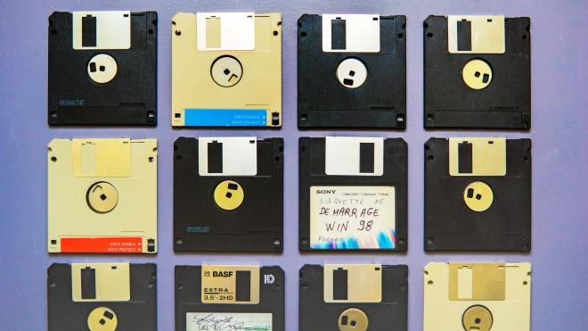 48 років тому з'явилися перші комп'ютерні дискети, зараз про них майже забули. Як змінювалися носії інформації — від перфокарт до хмарних сховищ