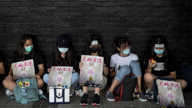 Студенты Гонконга протестуют четвертый месяц. Пекин винит курсы критического мышления в школах и хочет их запретить — пересказываем материал NYT