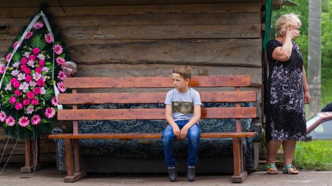 «Где же та полиция, забрали ребенка». Как хоронили 5-летнего Кирилла Тлявова, в которого стреляли полицейские. Репортаж theБабеля